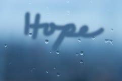 Spiegel mit Nebel und Regen fallen mit der Wort 'Hoffnungs' Handschrift stockbilder