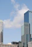 Spiegel-mit Seiten versehener Wolkenkratzer Stockfotos