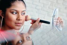 Spiegel-Nahaufnahme des junge Frauen-Zutreffens machen Sch?nheit wieder gut stockfotografie