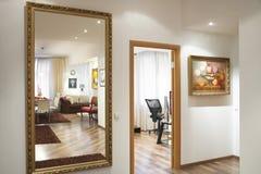 Spiegel op de muur Royalty-vrije Stock Afbeelding