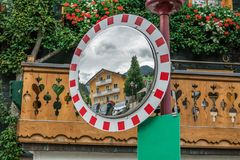 Spiegel op de straat Stock Afbeeldingen