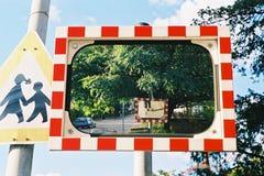 Spiegel op de straat Stock Fotografie