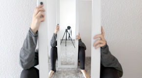 Spiegel, Stativ und Kamera lizenzfreie stockfotografie