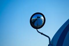 Spiegel van vrachtwagen in de weg Royalty-vrije Stock Afbeeldingen