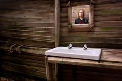Spiegel in vuile badkamers Royalty-vrije Stock Fotografie