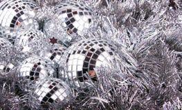 Spiegel-Weihnachtskugeln auf Silber Lizenzfreies Stockfoto