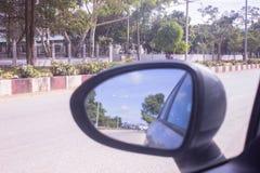 Spiegelauto bij straat het drijven stock afbeeldingen