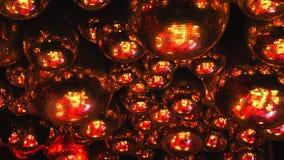 Spiegelbälle reflektieren Strahlen von farbigen Lichtern stock video