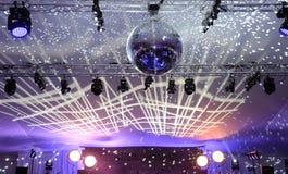 Spiegelball im Ballsaal stockfotos