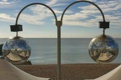 Spiegelballen op het strand van Brighton, Engeland stock foto