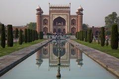 Spiegelbeeld van de hoofdingang in Taj Mahal, India Royalty-vrije Stock Fotografie