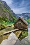 Spiegelbezinning een houten plattelandshuisje bij het Obersee-meer in Alpen Royalty-vrije Stock Foto