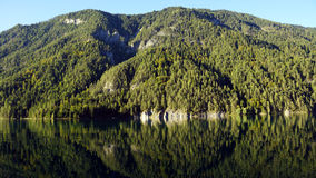 Spiegelbezinning van de bergen in de Oostenrijkse staat van meerweissensee van Carinthia Stock Afbeelding