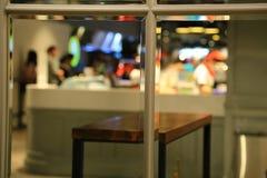 Spiegelbezinning van Mensen in een Winkelcomplex Royalty-vrije Stock Fotografie