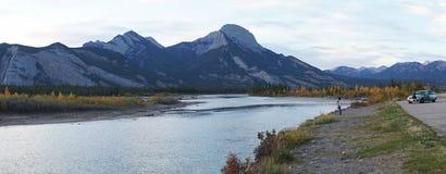 Spiegelbezinningen over Piramidemeer in het Nationale Park van Banff, Canada stock afbeelding