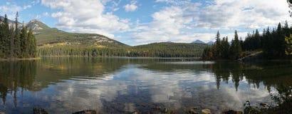 Spiegelbezinningen over Piramidemeer in het Nationale Park van Banff, Canada stock afbeeldingen