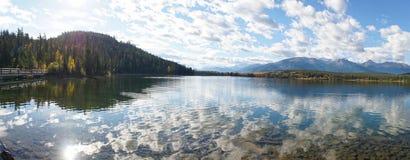 Spiegelbezinningen over Piramidemeer in het Nationale Park van Banff, Canada royalty-vrije stock foto