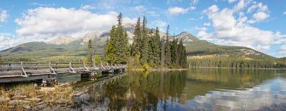 Spiegelbezinningen over Piramidemeer in het Nationale Park van Banff, Canada royalty-vrije stock afbeelding