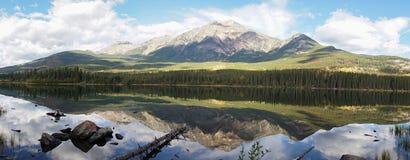 Spiegelbezinningen over Piramidemeer in het Nationale Park van Banff, Canada royalty-vrije stock afbeeldingen
