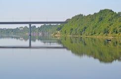 Spiegelbrug, Volkhov-rivier royalty-vrije stock fotografie