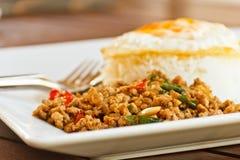 Spiegelei des BasilikumStir. Thailand-Nahrung Lizenzfreie Stockfotos