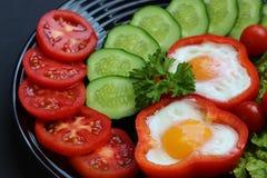 Spiegelei des einfachen Frühstücks und Frischgemüse stockbilder