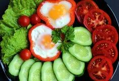 Spiegelei des einfachen Frühstücks und Frischgemüse stockfoto