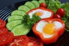 Spiegelei des einfachen Frühstücks und Frischgemüse stockfotos