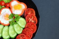 Spiegelei des einfachen Frühstücks und Frischgemüse stockbild