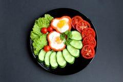 Spiegelei des einfachen Frühstücks und Frischgemüse lizenzfreie stockfotografie