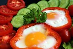 Spiegelei des einfachen Frühstücks und Frischgemüse lizenzfreies stockbild