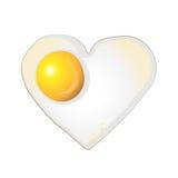 Spiegelei in einer Form des Herzens auf weißem Hintergrund Lizenzfreie Stockfotografie