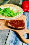 Spiegelei in Form eines Pfannkuchens, hölzernes Schneidebrett Frühstück, Stillleben lizenzfreies stockfoto