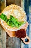 Spiegelei in Form eines Pfannkuchens, hölzernes Schneidebrett Frühstück, Stillleben lizenzfreies stockbild