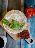 Spiegelei in Form eines Pfannkuchens, hölzernes Schneidebrett Frühstück, Stillleben stockfotografie