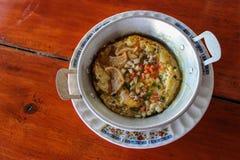 Spiegelei Pans mit Schweinefleisch, Wurst und Belag - Frühstück thailändisches f Lizenzfreies Stockfoto