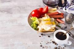 Spiegeleier des englischen Frühstücks, Würste, Toast, Tomaten auf Steintabelle Lizenzfreies Stockbild