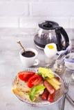 Spiegeleier des englischen Frühstücks, Würste, Toast, Tomaten auf Steintabelle Lizenzfreie Stockfotos