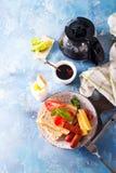 Spiegeleier des englischen Frühstücks, Würste, Toast, Tomaten auf Steintabelle Lizenzfreie Stockbilder