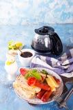 Spiegeleier des englischen Frühstücks, Würste, Toast, Tomaten auf Steintabelle Stockbilder