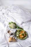 Spiegeleier mit Toast und Tee im Bett Stockbild