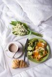 Spiegeleier mit Toast und Tee im Bett Stockfotos