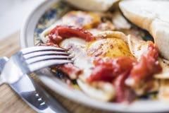 Spiegeleier mit Tomate, Gabel und Messer Lizenzfreie Stockfotografie