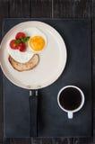 Spiegeleier, Tomaten und Toast zum Frühstück Lizenzfreie Stockbilder