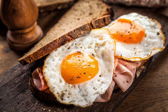 Spiegeleier und Schinken zum Frühstück Lizenzfreie Stockbilder