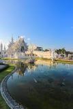 Spiegelmeer binnen openbare witte tempel met duidelijke hemelachtergrond Stock Afbeeldingen