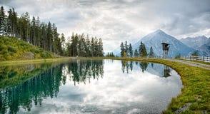 Spiegelmeer in de bergen van Oostenrijk Royalty-vrije Stock Foto's