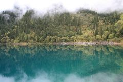 Spiegelmeer in het Nationale Park van Jiuzhaigou van Sichuan China stock afbeeldingen