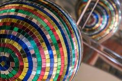 Spiegeln Sie Ball von den Stückchen Spiegeln in den verschiedenen Farben, in den Größen und in den Formen wider lizenzfreie stockbilder
