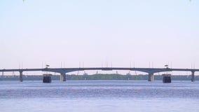 Spiegeln Sie Montage eines alten Schiffs auf dem Fluss gegen eine Brücke wider stock footage